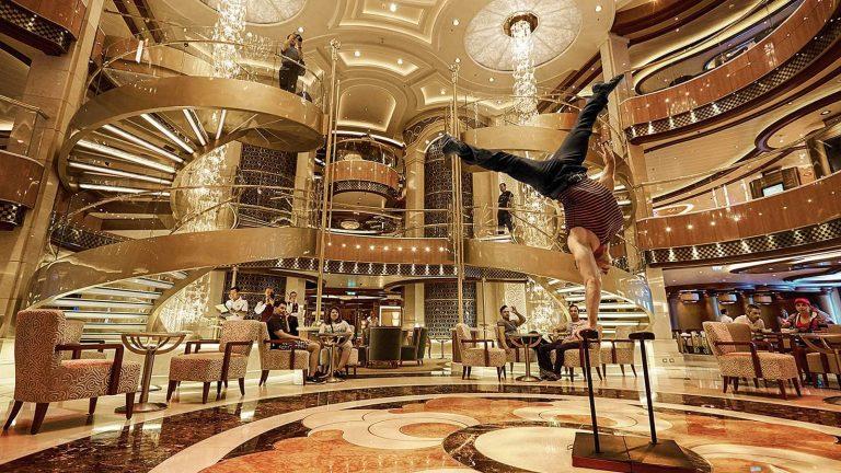 """Spektakuläres Atrium """"The Piazza"""" auf dem Sky Princess-Schiff"""